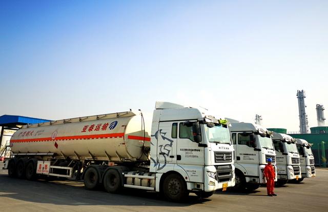 我国有危险化学品道路运输企业1.15万家,运输车辆30万辆以上。摄影/章轲