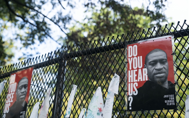 6月19日在美国首都华盛顿白宫附近拍摄的印有非洲裔男子乔治·弗洛伊德头像的海报。新华社发