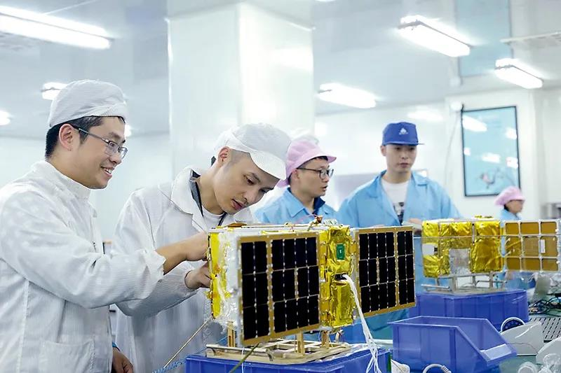 """天仪研究院自主研制的卫星""""青藤之星""""在实验室进行测试。"""