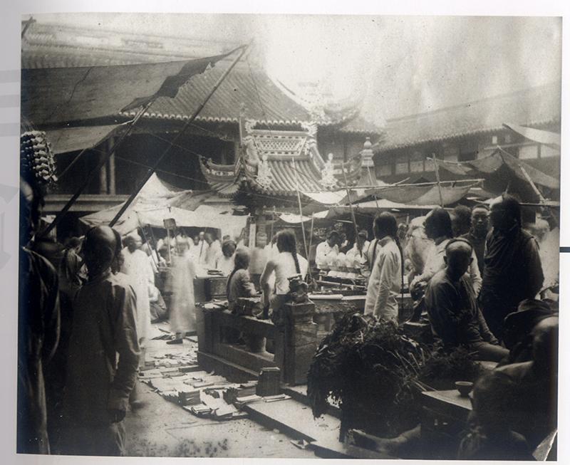 庙会摊贩   图片来源:上海市历史博物馆编《20世纪初的中国印象——一位美国摄影师的纪录》,上海古籍出版社2001年版