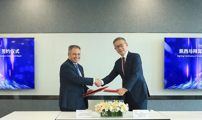 拜耳与凯西在上海举走战略配相符签约仪式,江维总裁(右)与戴赋兴总经理(左)代外两边签定制定