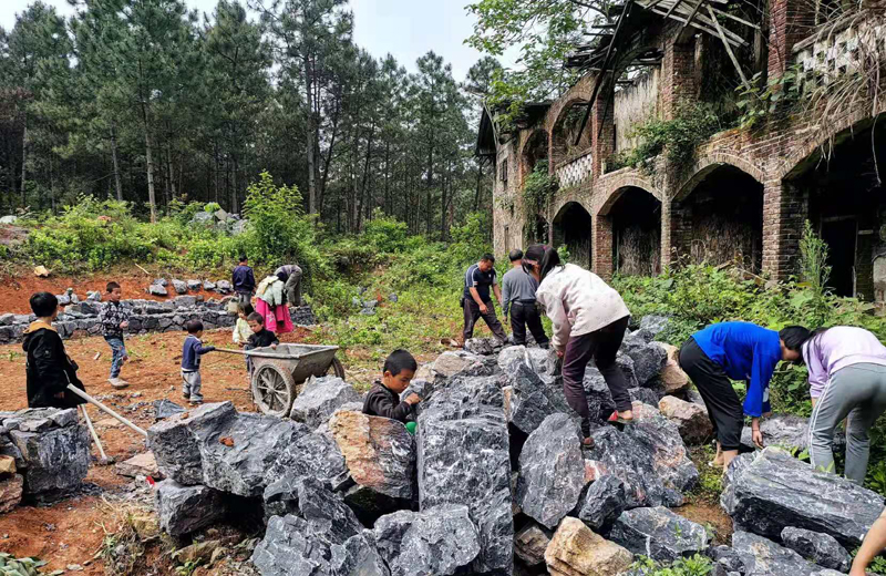 今年4月,大元社的露天剧场最先建设,周燕带领孩子们参与其中。
