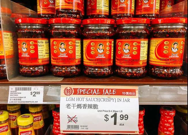 海外华人超市里售卖的老干妈。图片来源   The Woks of Life