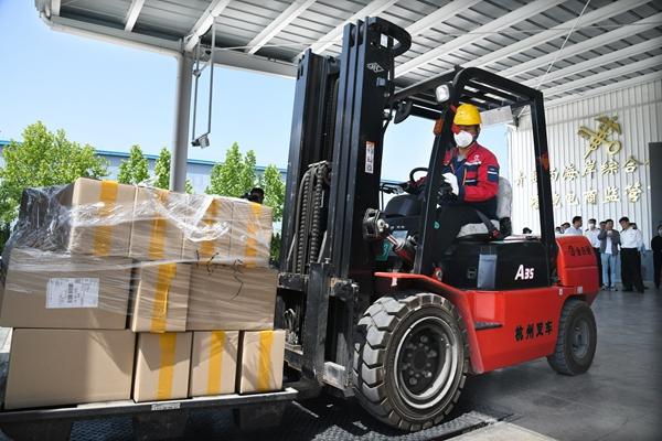 6月3日,一批来自韩国、实现了全程追溯的商品进入青岛西海岸综相符保税区跨境电商监管中央仓库。新华社原料