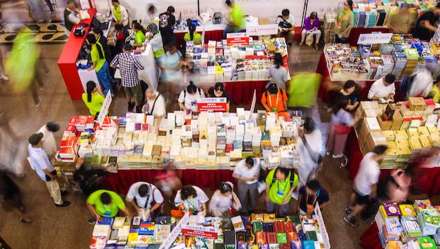 一旦入场人数达到峰值,今年的上海书展就将叫停读者入场。    图片/高育文