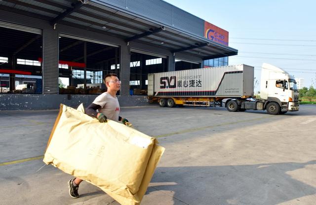 7月8日,江苏省宿迁市耿车家居电商创业园物流区,一批批家具正准备装车。摄影/章轲