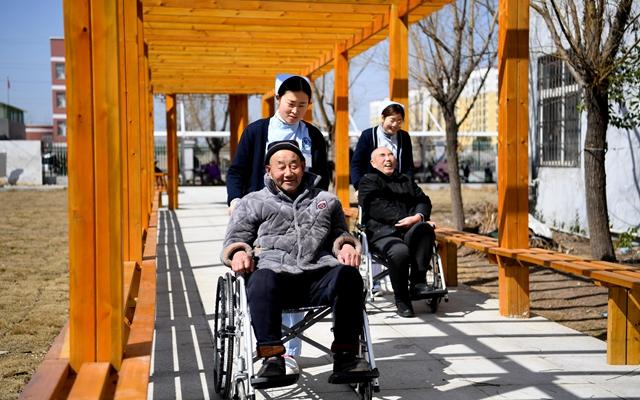 中国老龄化添深,60岁以上老人已近2.5亿人。这给养老和医疗健康走业带来了诸多机会。新华社原料