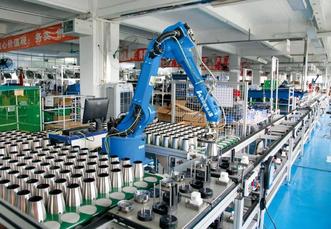 △小熊工厂里的半自动化生产线正在生产家用绞肉机,这条加入了机械臂的生产线可节省9个人的人力成本。