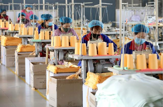 4月24日,在位于河北省灵寿县的河北益康功能材料有限公司生产车间,工人在缝制清洁巾。新华社图。