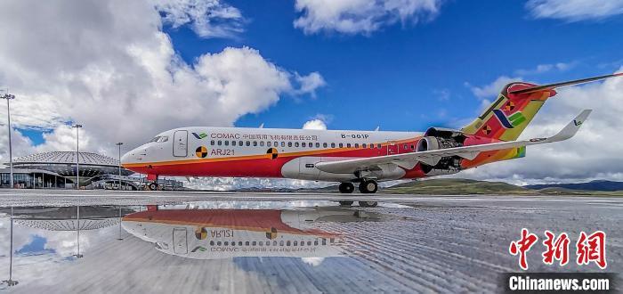 中国国产客机ARJ21在全球海拔最高民用机场完成专项试验试飞。 王脊梁 摄