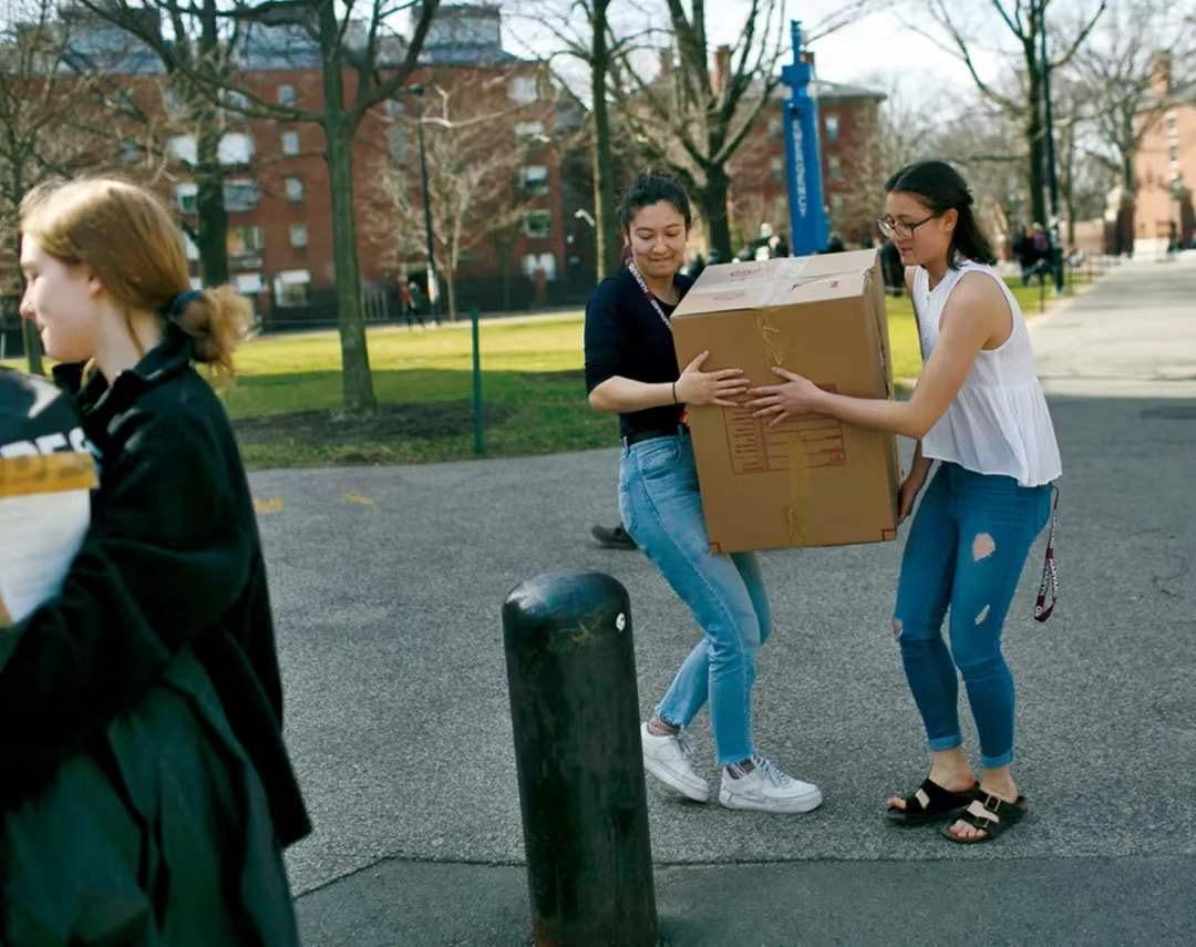 美国多所学校采取停课措施,并要求学生搬离校园。