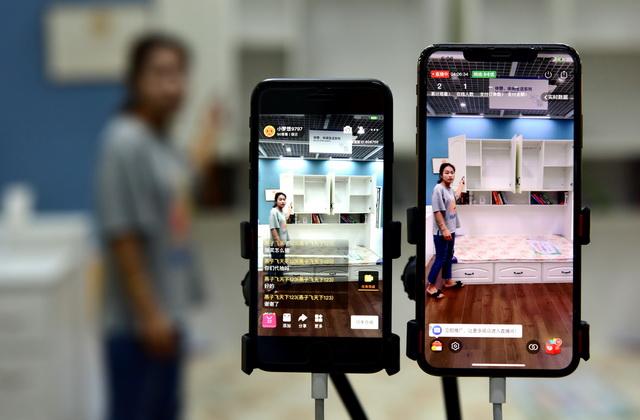 7月8日,江苏省宿迁市耿车家居电商创业园一位出售员郑重历直播平台介绍家具新产品。摄影/章轲