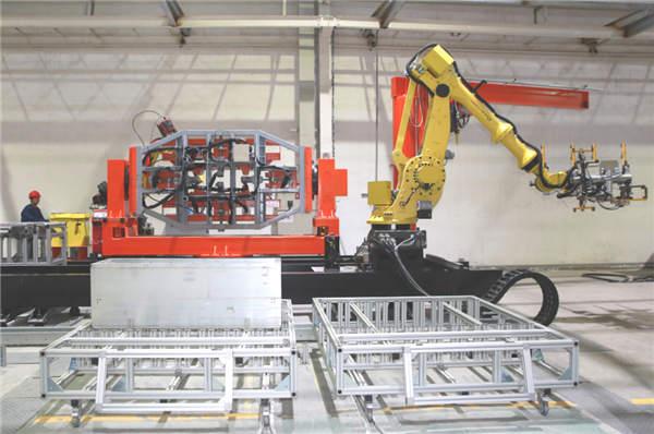 常州新誉集团自主研发的机器人焊接生产线。