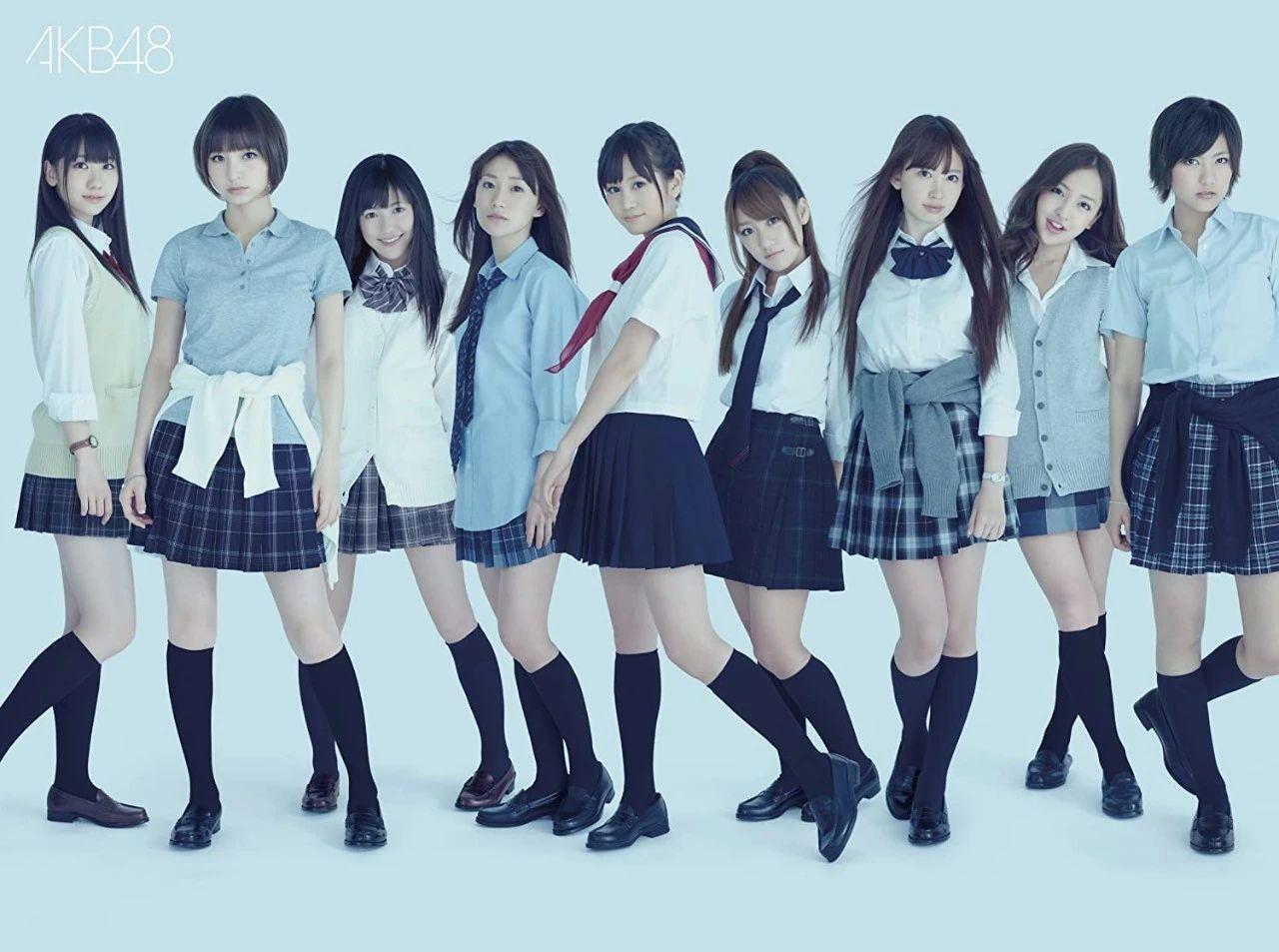 制服是日本女子偶像团体AKB48的标志性着装。但在JK制服的发源地日本,一般很少有人会在毕业后继续穿制服。|图片来源:《AKB满满~The最佳·音乐录像~》封面