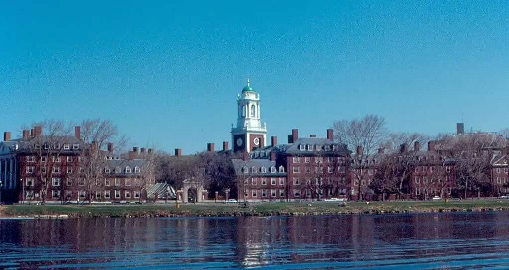 美国多所高校反对留学新规。