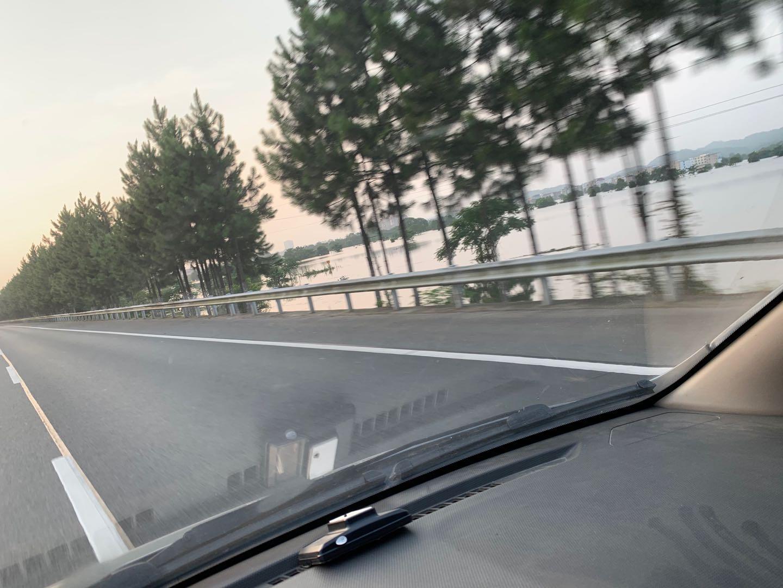 14日,九景高速鄱阳段表被洪水浸泡的农田和房屋。