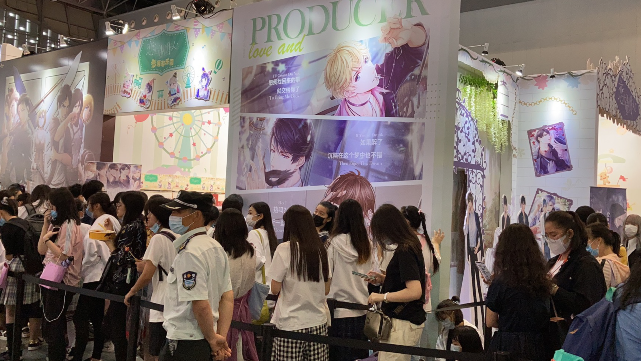參觀者在CCG上排起長龍搶購手遊周邊產品