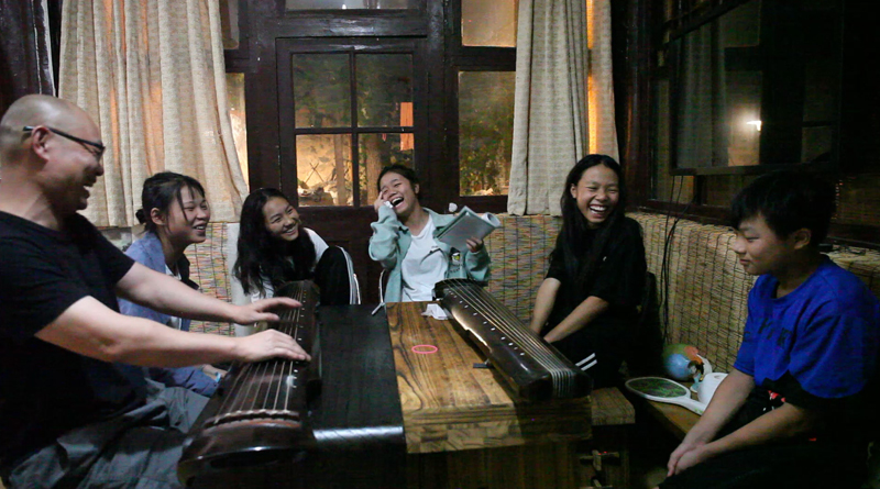 孩子们在大元社弹古琴
