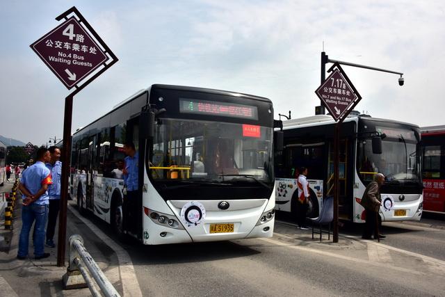 道路客运是综相符运输体系中运输量最大、通达度最深、服务面最广的运输手段。图为四川都江堰市一处公交车总站。摄影/章轲