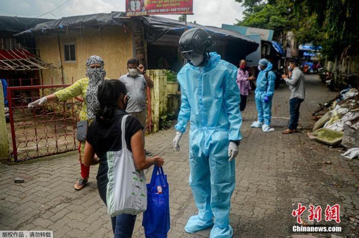 原料图:当地时间2020年7月21日,印度孟买,别名非当局布局的卫生做事自愿者穿着防护衣,戴着装有热扫描传感器的智能头盔在居民区挨户查望居民体温。