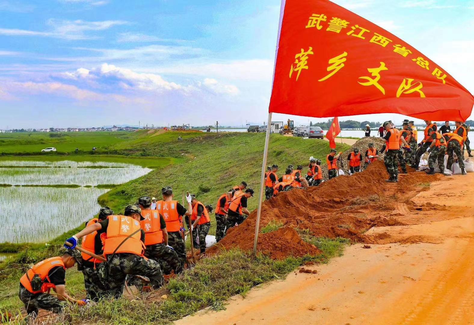 正在永修县九相符乡抢险的武警官兵。