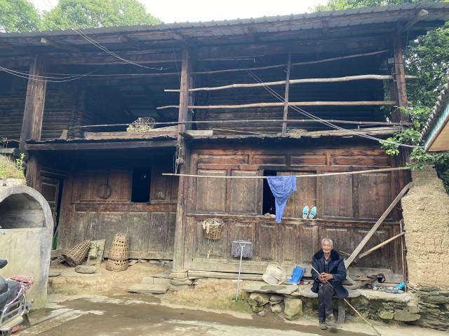 候李原来住的房子是传统木楞房