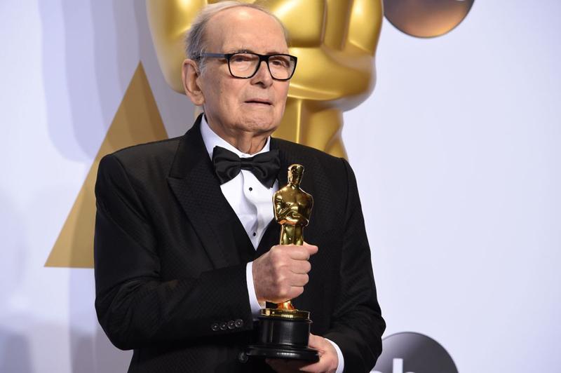 2016年2月29日,莫里康内凭电影《八凶人》捧走第88届奥斯卡金像奖最佳原创配乐奖。   视觉中国图