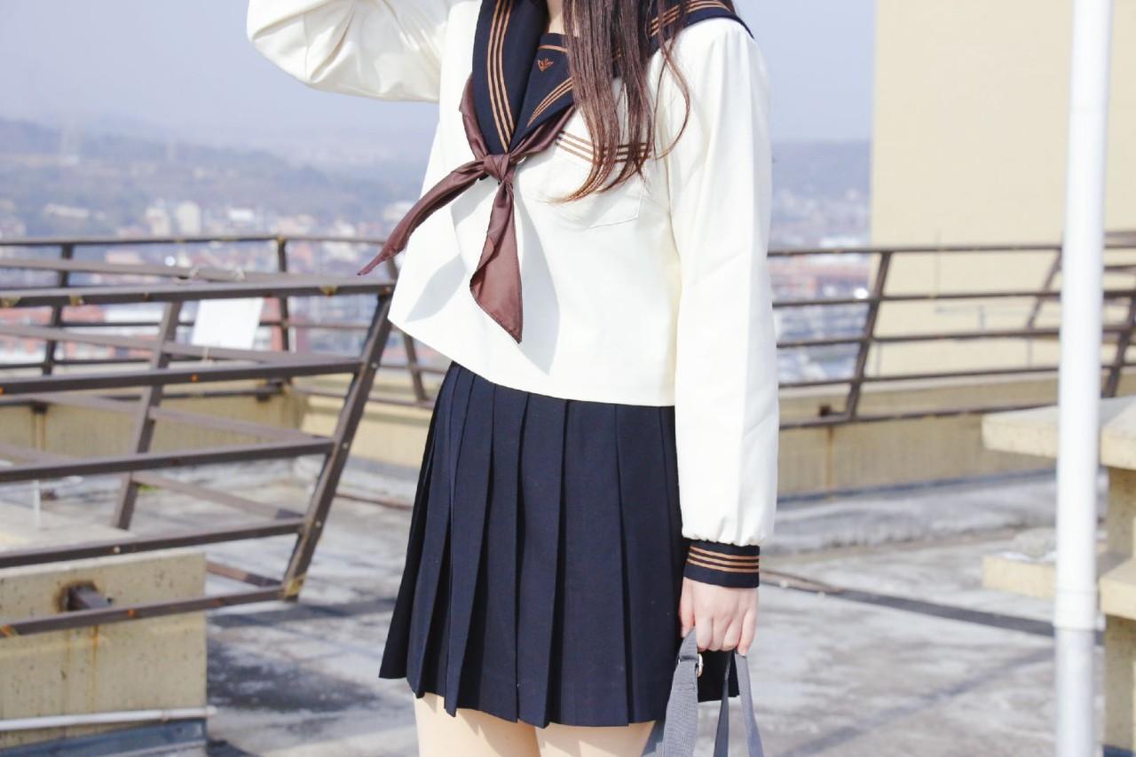 小圆穿着她的水手服款JK制服。| 图片来源:小圆