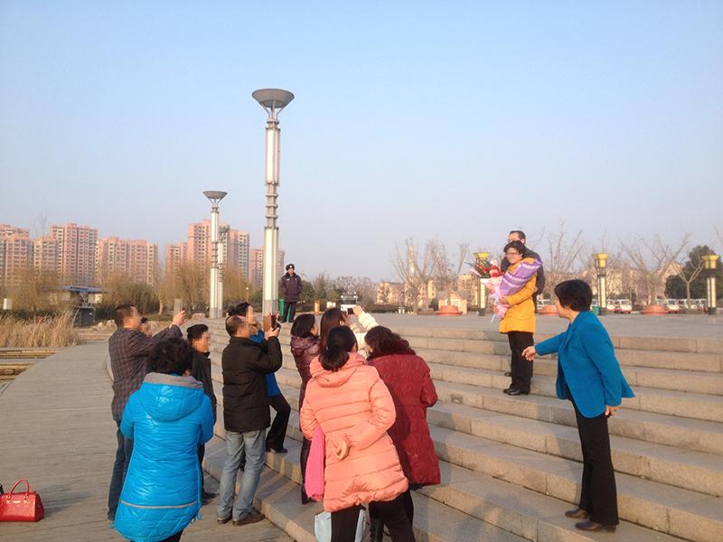 2014年末,袁长庚所在小团队为这一年业绩进步突出的几位成员组织了小型庆祝活动,在公司旁边的公园里集体照了相。