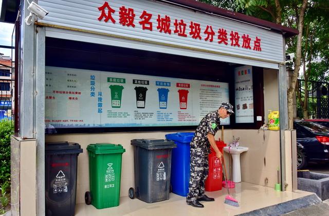 浦江县一居民小区垃圾分类投放点。摄影/章轲