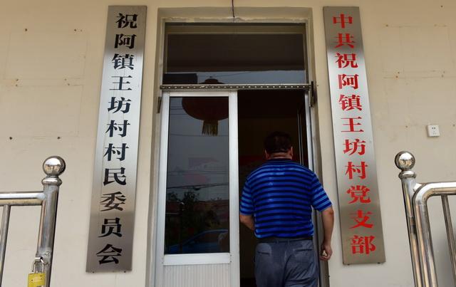 8月11日,刚从田里跑回来、被汗水浸透的祝阿镇省派乡村振兴服务队队长韩京安的后背。摄影/章轲