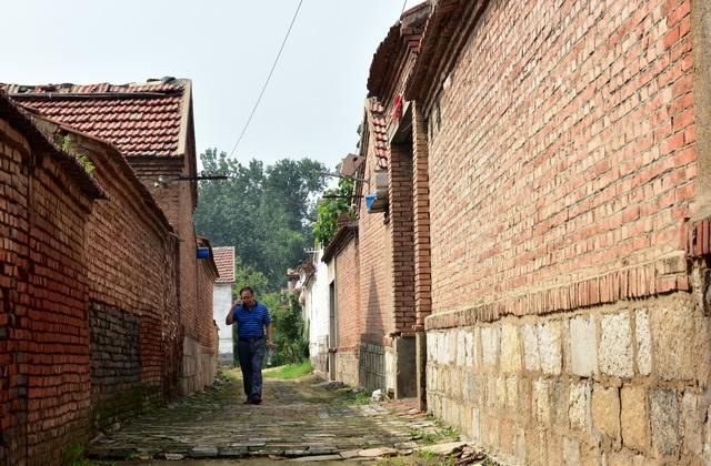 祝阿镇省派乡村振兴服务队队长韩京安一边在村里行走,一边接着电话。摄影/章轲