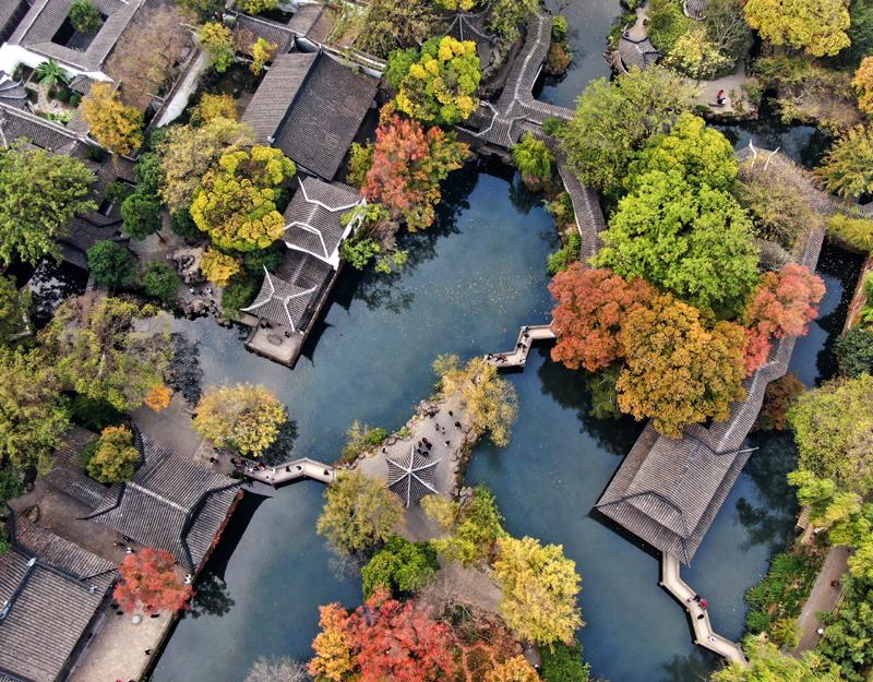 拙政园位于苏州古城东北隅,是苏州现存规模最大的古典园林。   视觉中国图