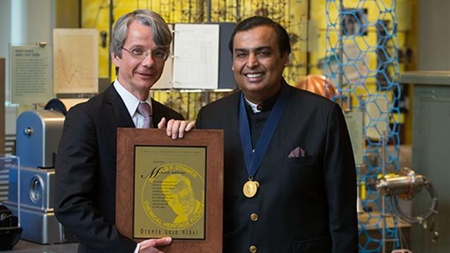 穆里什·安巴尼(Mukesh Ambani,右)成为亚洲首富。来源:信实工业官网