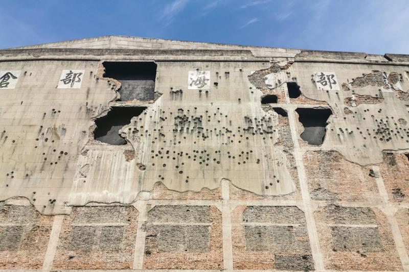 四行仓库墙体斑驳的弹孔记录着淞沪会战的惨烈    视觉中国图