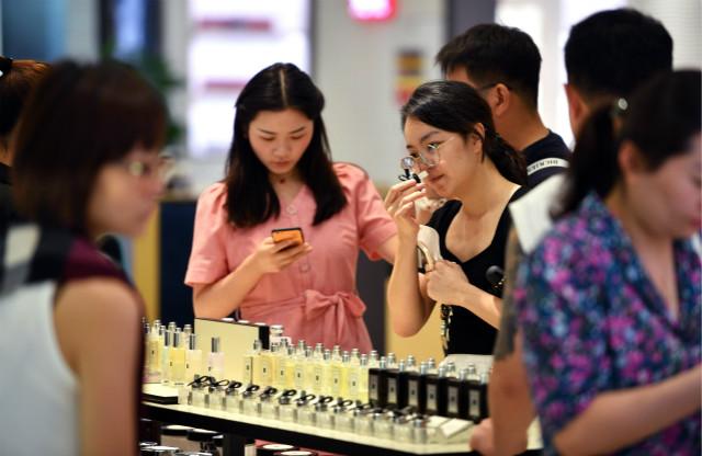 8月18日,消费者在海口市日月广场免税店购物。新华社图。