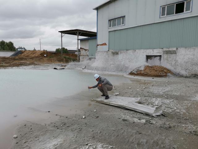 浩源水泥电石渣形成的强碱性废水坑。