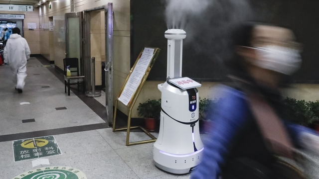 智能消毒机器人在喷洒消毒剂 来源:新华社
