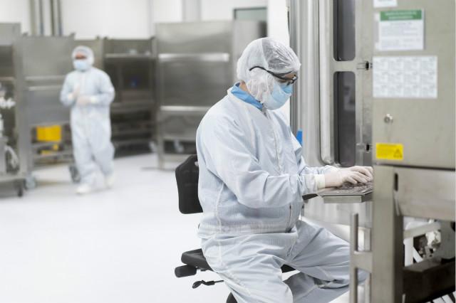 8月14日,科学家在阿根廷布宜诺斯艾利斯省加林市的新冠疫苗研究实验室内工作,准备生产由英国牛津大学和英国制药公司阿斯利康合作开发的新冠疫苗。新华社图。