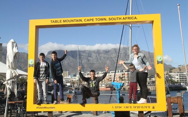 游客以南非桌山为背景拍照留影。新华社资料