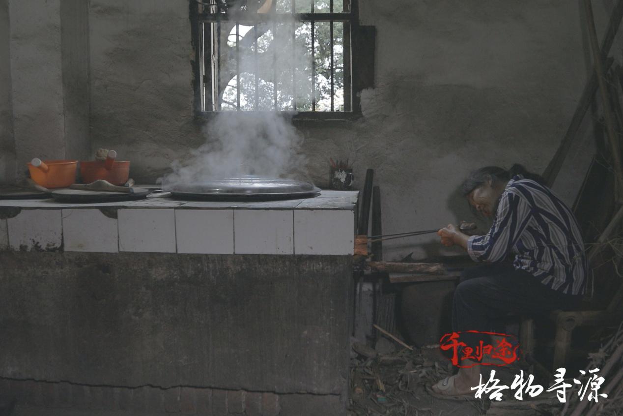 奶奶在灶膛边为即将赴清远上学的陈青华制作鱼丝。