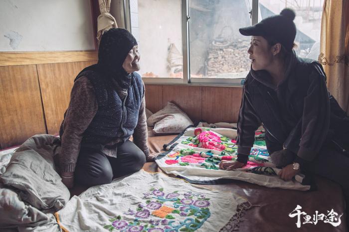 《千里归途》第一季拍摄时,马箫箫向年近70的唐努给也讨教东乡刺绣的历史