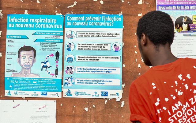 3月6日,在喀麦隆雅温得,一名男子阅读新冠肺炎防控信息。新华社发