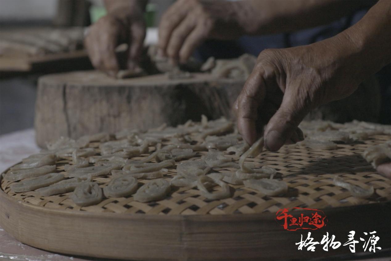 爷爷亲手制作鱼丝,为即将赴清远上学的陈青华送行。