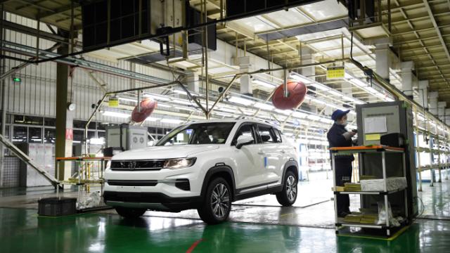 长安汽车渝北工厂车间内一辆SUV汽车驶下生产线。新华社/图