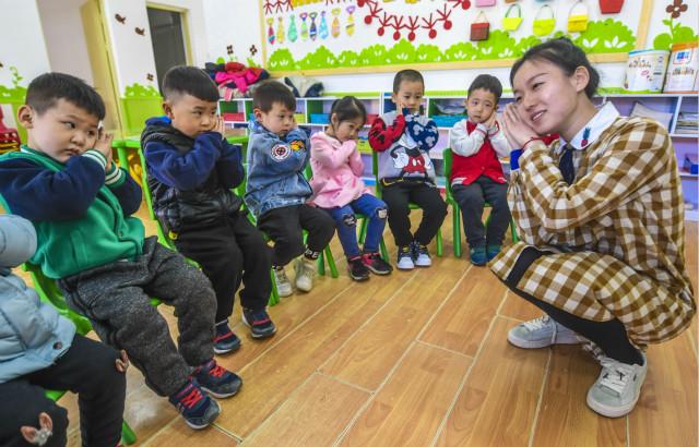 """3月21日是""""世界睡眠日"""",在河北省大厂回族自治县城区第三幼儿园,老师为孩子们讲解健康睡眠常识。新华社图。"""