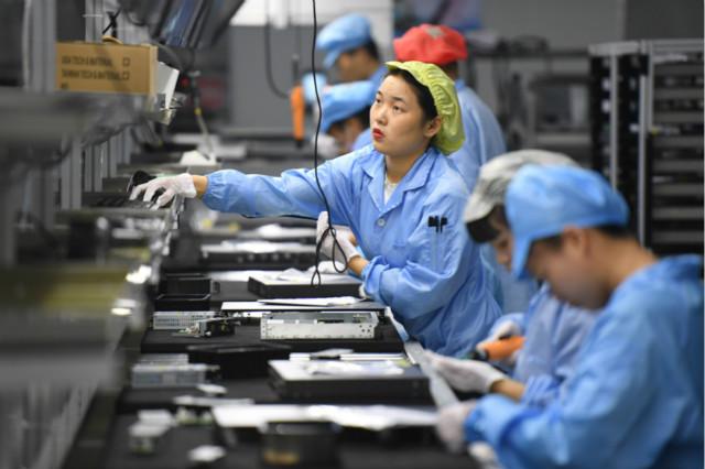 9月22日,在福建省福州市一家高新技术企业,员工在生产数字网络产品。图片来源:中国政府网