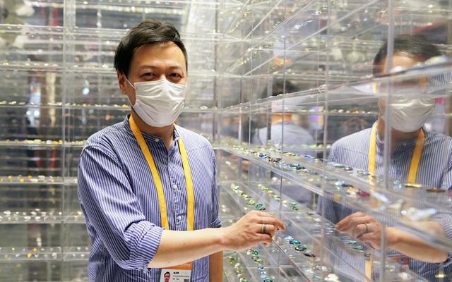 """11月7日,消费品展区的施华洛世奇展台工作人员杨志晖在展示空间""""水晶图书馆""""内。"""