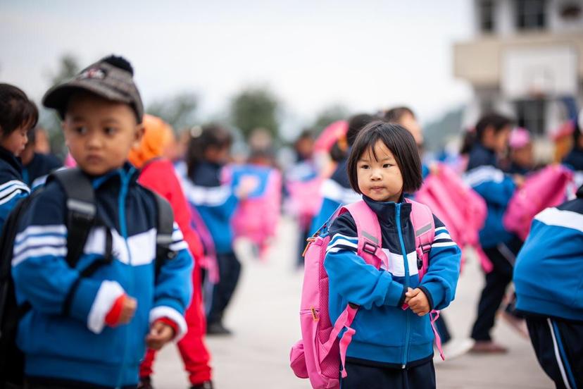 孩子们穿上了新校服、背上了新书包