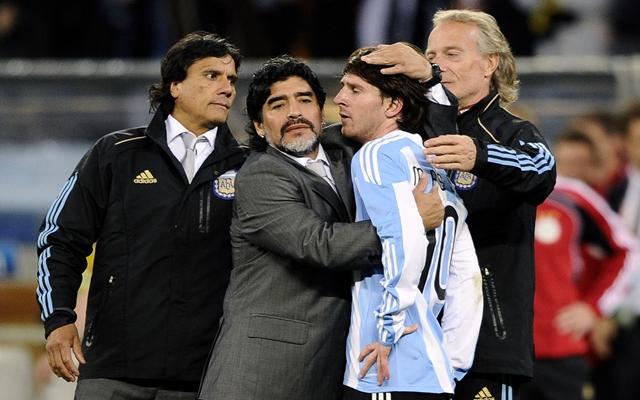 2010年7月3日,在南非世界杯四分之一决赛后,阿根廷队主教练马拉多纳(左二)在比赛后安慰球员梅西(右二)。阿根廷队以0比4负于德国队,无缘四强。